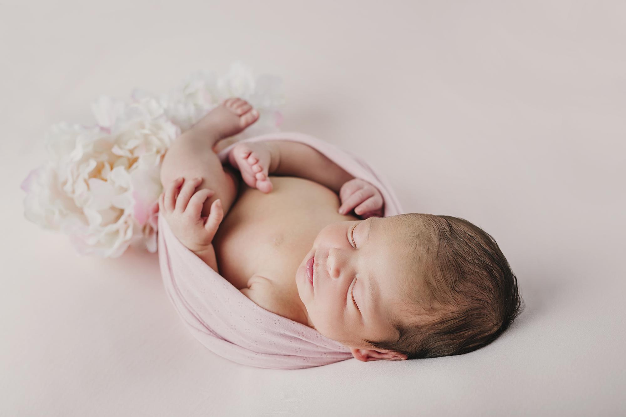 bebé recien nacido, fotos de recien nacido en estudio, primeros días del bebé, fotos de recien nacido con papás en estudio