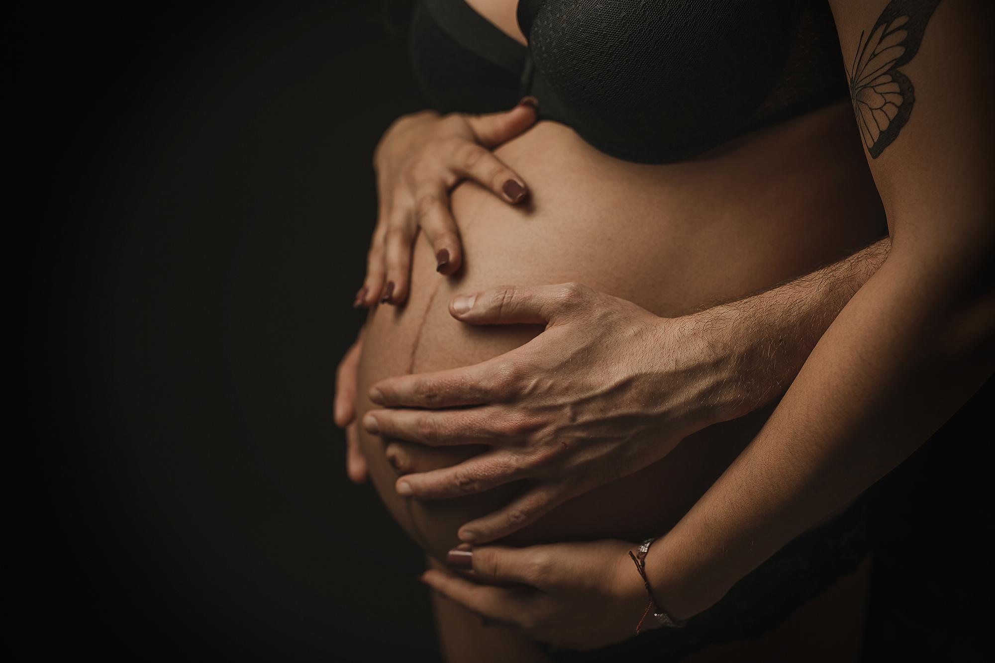 arga espera, embarazo de 9 meses, sesión de embarazo es estudio en zaragoza, sesión de embarazo en exterior en zaragoza, foto de embarazo de familia